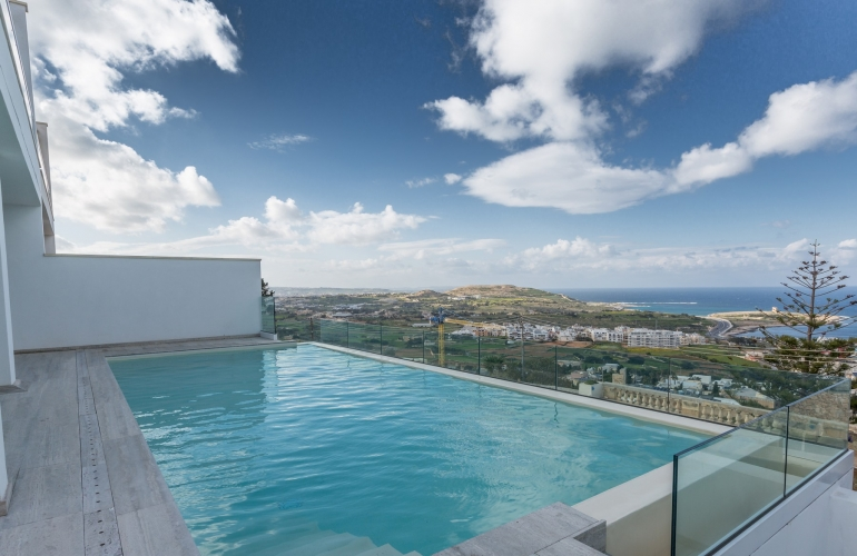 uxury villa with pool in Malta